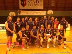 Une partie des rugbymen et les volleyeuses réunis pour un match amical de volley.