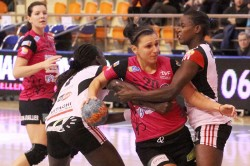 Dijon (en rose) ouvre le bal contre Issy Paris Hand de ces 1/4 de finale à 14h30.
